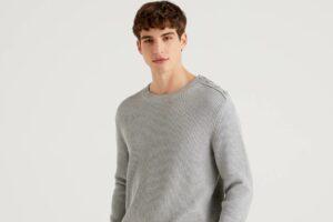 Cómo combinar un jersey gris de hombre