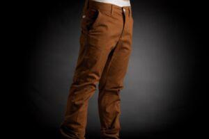 Cómo combinar un pantalón marrón de hombre