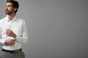 Con qué combinar una camisa blanca de hombre